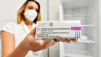 Aerztin zeigt Impfstoff