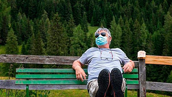 Im Freien mit Maske