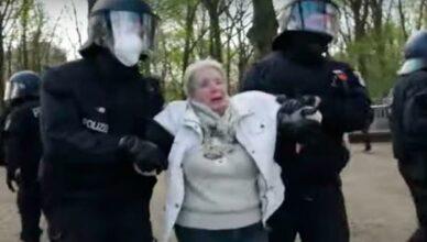 Alte Dame wird von Polizei festgenommen