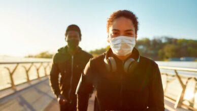 Kinder mit Maske