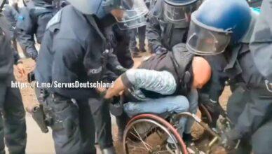 Polizei verhaftet Rollstuhlfaher