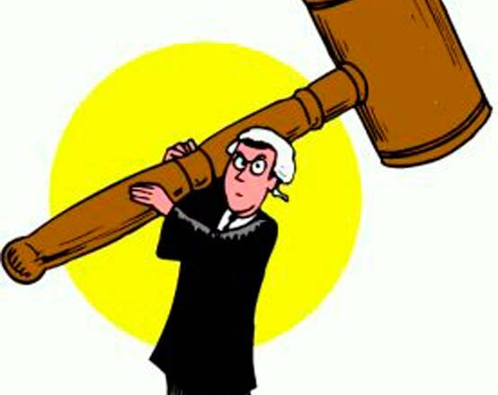Richter mit Hammer