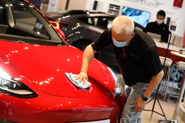 Mann poliert Tesla
